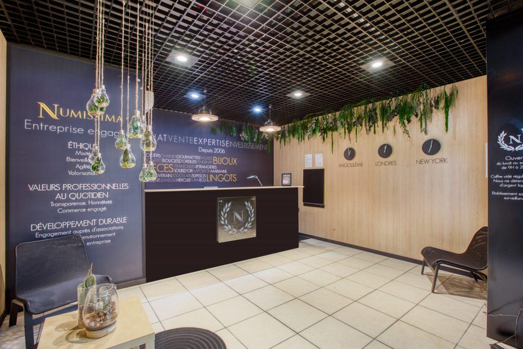 Relooking boutique en galerie marchande : décoration moderne, intemporelle, chaleureuse et nature.